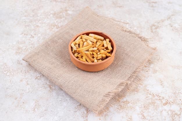 굵은 자루에 빵가루를 얹은 점토 그릇