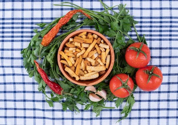 식탁보에 야채와 함께 막대기의 점토 그릇