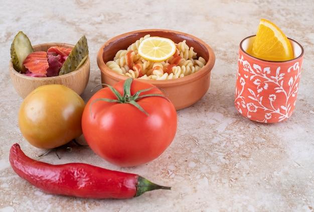 다양한 야채와 함께 맛있는 파스타의 점토 그릇