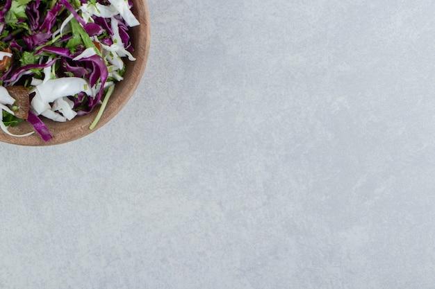 대리석 배경에 혼합 야채 점토 그릇.