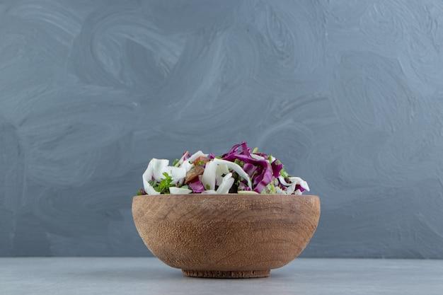 대리석에 혼합 야채의 점토 그릇.