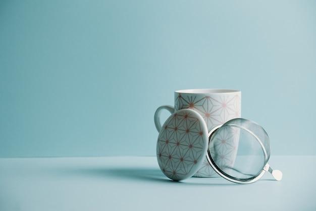 パステルブルーの背景にコピースペースのあるきれいなお茶