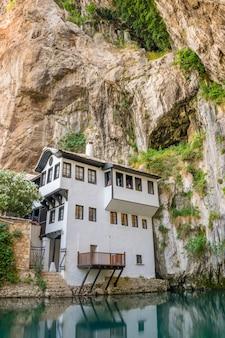 Чистая подземная река выходит из пещеры возле исламской мечети.