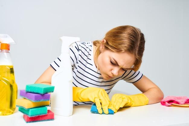 掃除婦がテーブルに座ってハウスキーピングサービスを提供
