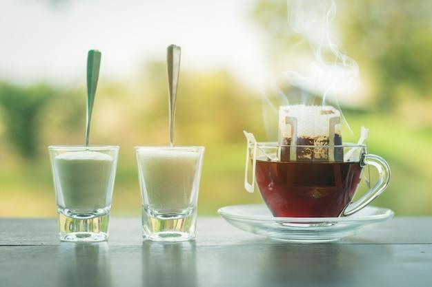 Ясная стеклянная чашка на капельном кофе