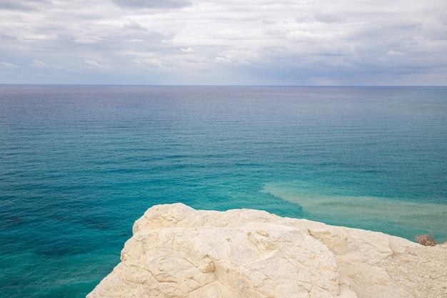 紺碧の海に面した崖