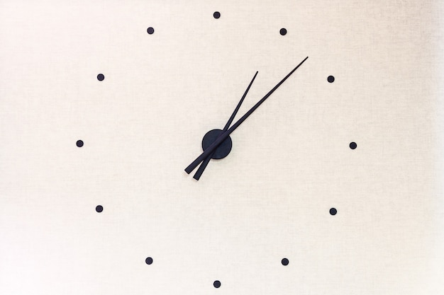 숫자 대신 검은색 화살표와 점이 있는 장식용 시계 벽시계