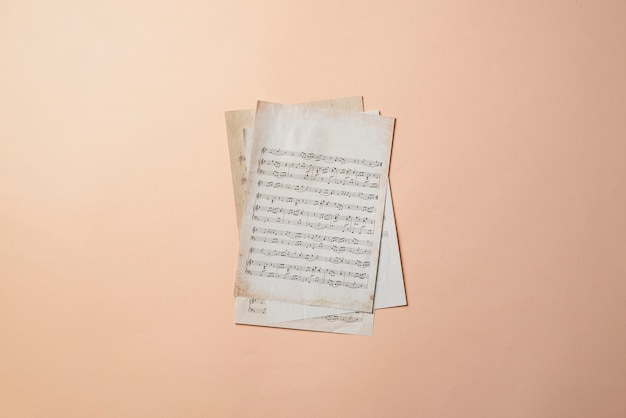 음악 노트 고전 문화 예술과 함께 고대의 오래된 종이 시트를 닫습니다