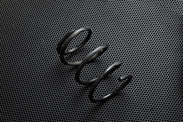 分離されたクローズアップの黒い車のサスペンションスプリング