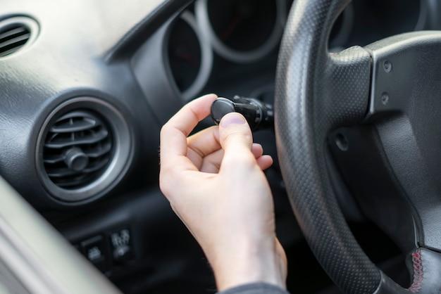 Включен сигнал поворота водителя крупным планом, кнопка включения автомобильного света