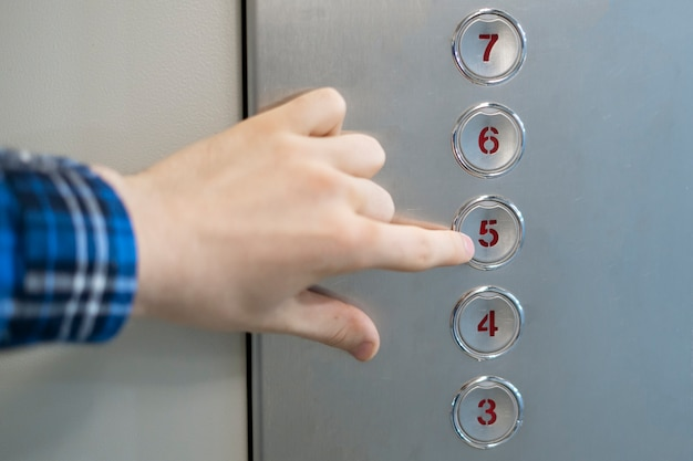 리프트 엘리베이터 캐빈에서 버튼을 누르는 손 가까이