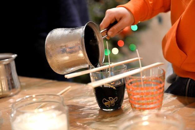 집에서 만든 양초 만드는 과정의 클로즈업 이미지입니다.