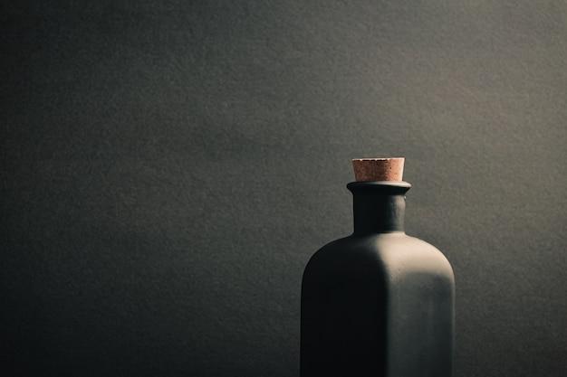 暗い背景の黒いセラミックボトルのクローズアップ