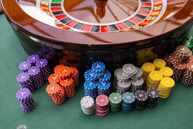非常に浅い被写界深度のカジノでのブラックジャックディーラーの手のクローズアップ。