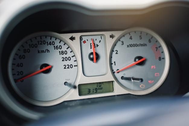 スピードメーター付きの車のコントロールパネルのクローズアップ