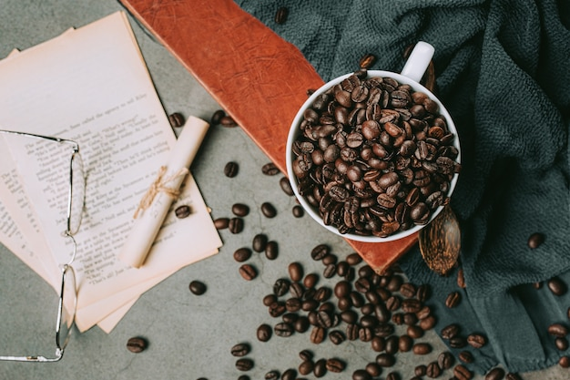 コーヒーカップ、国際的なコーヒーの日の概念にコーヒーを注ぐ手のクローズアップ