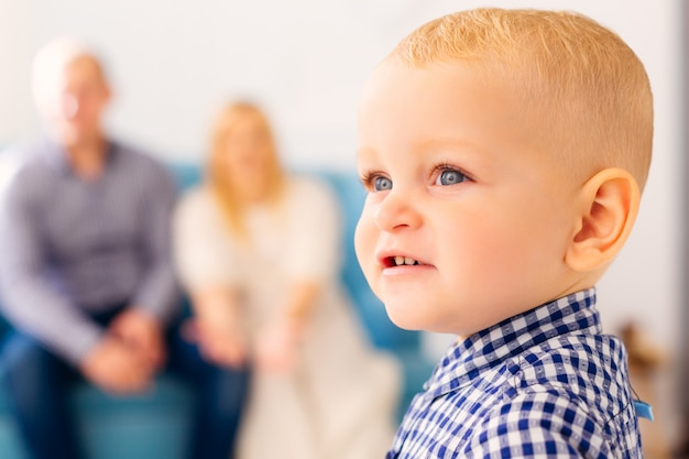 両親とかわいい男の子のクローズアップ