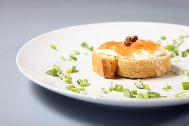 Крупный план традиционного еврейского бутерброда на белой тарелке