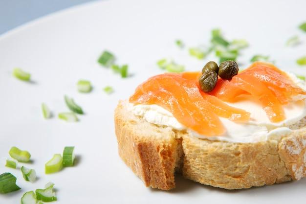 Крупный план традиционного еврейского бутерброда на белом фоне