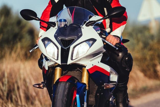 Крупный план неузнаваемого байкера, едущего на своем спортивном шоссейном велосипеде