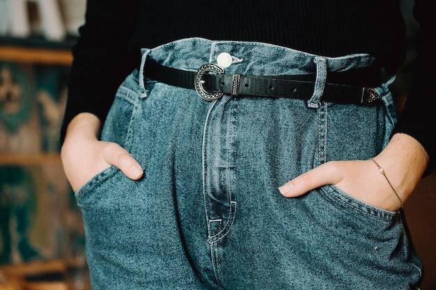 Крупный план женщины на джинсах мама