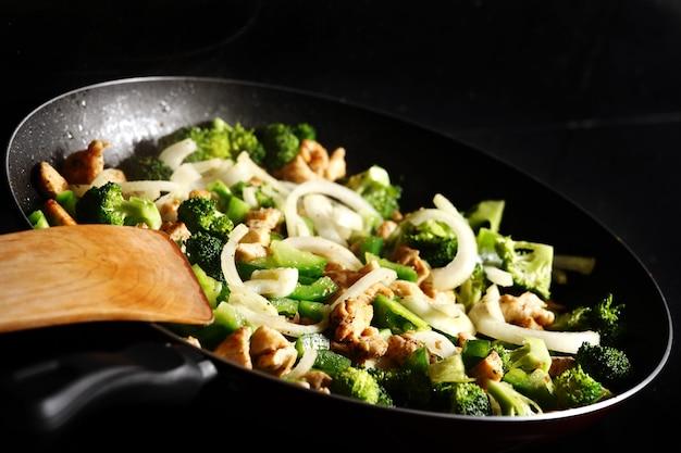 フライパンに野菜と鶏肉のクローズアップ