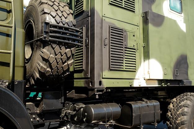 側面の軍用車両のボディのクローズアップは緑色です。ミリタリーコンセプト。