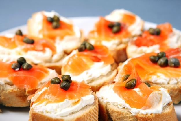 Крупный план традиционных еврейских бутербродов со сливочным сыром, лососем и каппари