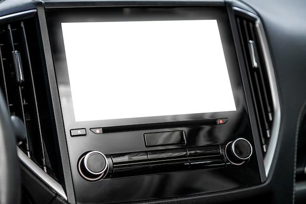 디자인, 라디오, 플레이어 및 제어 버튼 용 흰색 모니터가있는 자동차 패널의 a 클로즈업