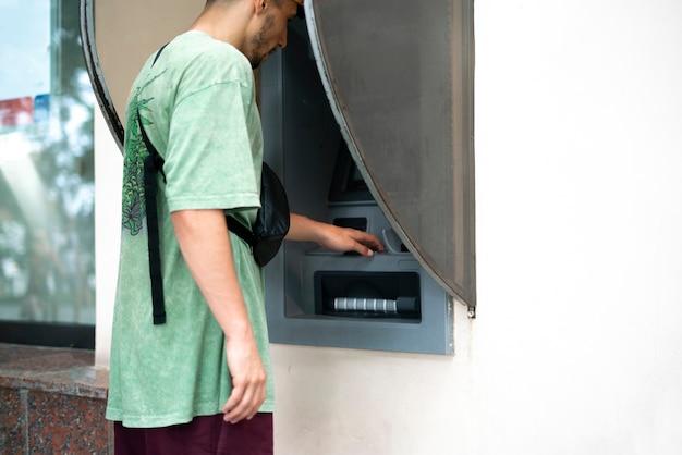 Atm을 사용하여 은행 카드에서 현금을 인출하는 가까운 사람