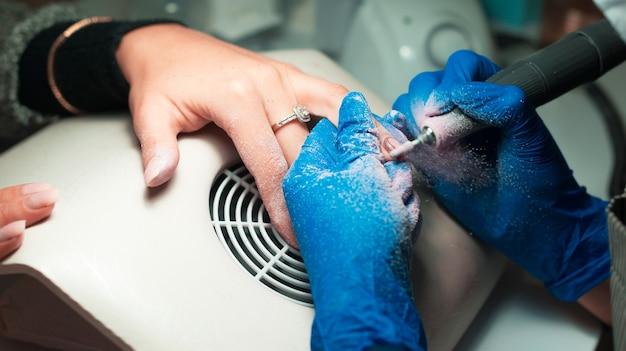 Фото крупным планом о процессе наращивания ногтей