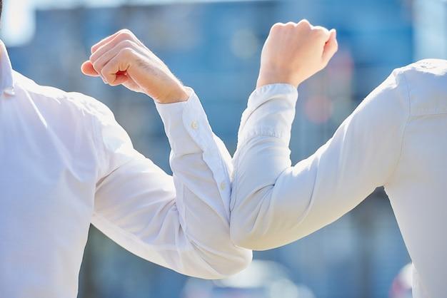 肘のバンピングの拡大写真。コロナウイルスの蔓延を避けるための肘の挨拶