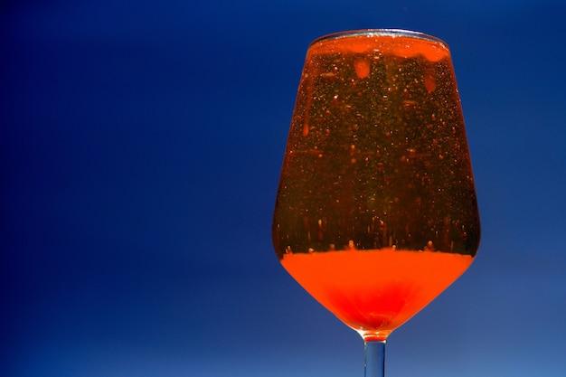 ブルーキュラソードリンクのクローズアップ写真。夏の日のさわやかな冷たい飲酒。
