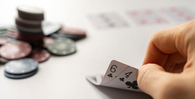 테이블에 카드 놀이, 승리 또는 느슨한 간단한 개념을 가진 포커 플레이어를 닫습니다