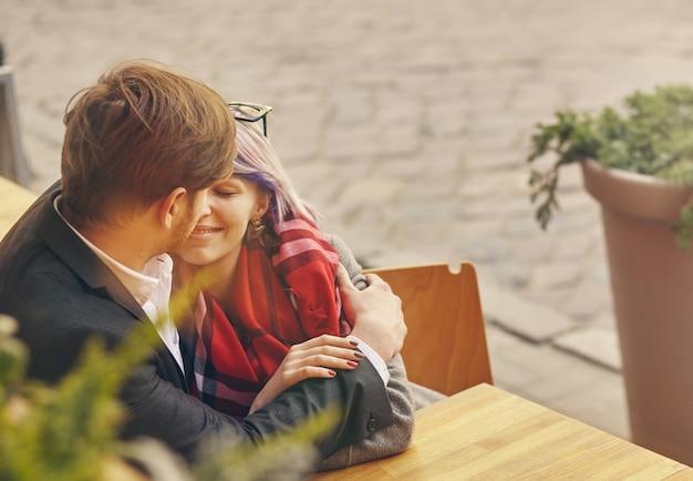 Крупным планом портрет счастливой молодой пары в любви