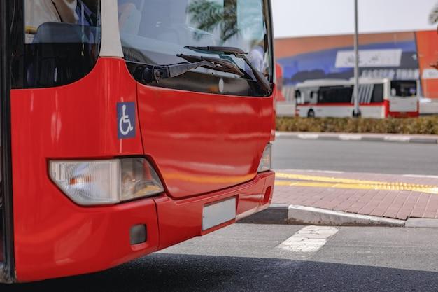 일반 오래 된 빨간 버스의 클로즈업 샷