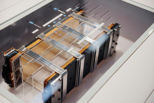 Крупным планом вид сверху детали автомобиля: фрагмент электромобиля.