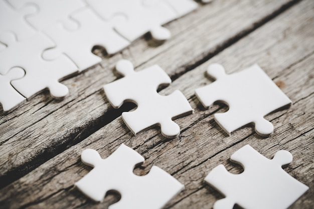 여러 개의 흰색 직소 퍼즐 조각의 뷰를 닫습니다