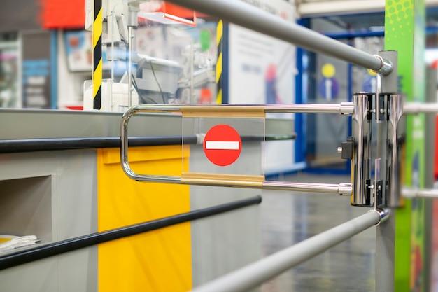 Закрытый шлагбаум, знак остановки в продуктовом супермаркете, временно закрытый кассовый терминал