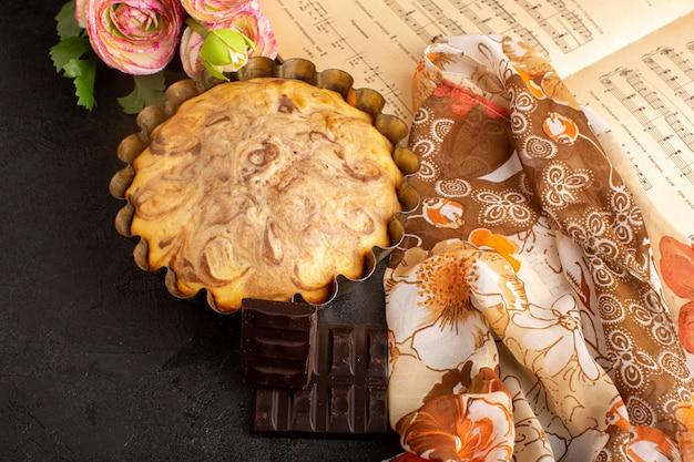チョコバーと一緒にケーキパンの中に閉じ込められた正面のチョコケーキ甘いおいしいケーキベーカリーペストリー甘さ