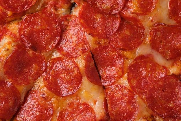 Крупный план пиццы пепперони пицца с острой колбасой, томатным соусом и сыром моцарелла