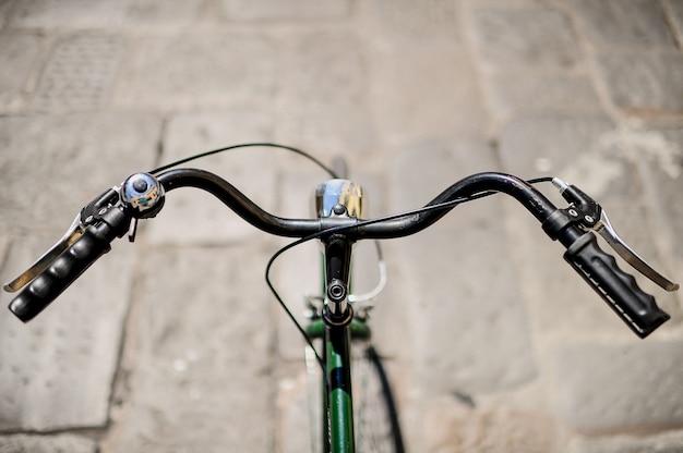 古い自転車のハンドルバーのクローズアップ