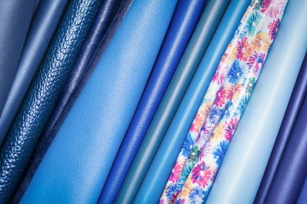 Макрофотография разноцветной натуральной кожи синего и различных синих фонов.