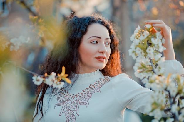 3 월 벚꽃 동안 벚꽃 가지를 들고 좋은 여자의 근접 촬영