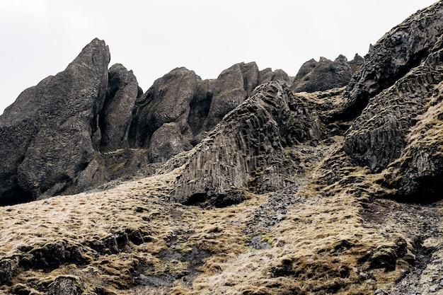 Крупный план текстуры гор в исландских базальтовых вулканических породах слоеных камней, покрытых