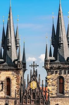 Крупным планом на церковь девы марии перед тыном в праге