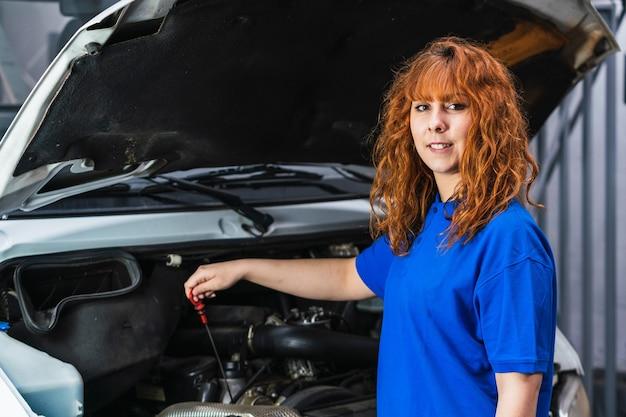車を修理する女性整備士のクローズアップショット
