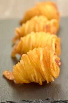 감자 국수와 함께 맛있는 빵 가루 입힌 새우의 근접 촬영 샷