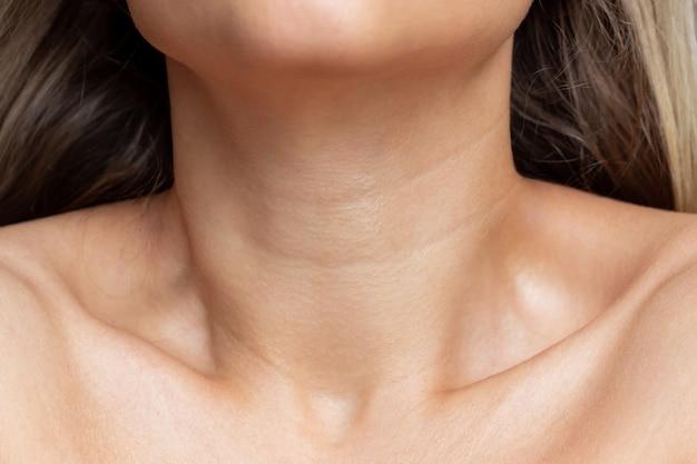 若い女性の首と鎖骨のクローズアップビュー首のラインしわスキンケア