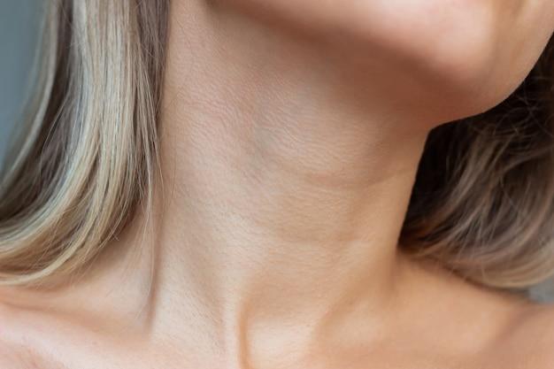 목에 젊은 여자의 목과 쇄골 주름 라인의 근접 촬영 보기